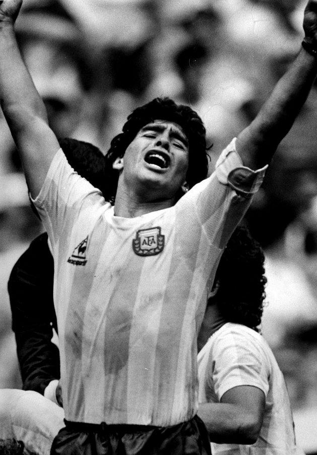 Diego Maradona v dresu argentinské reprezentace na archivním snímku.