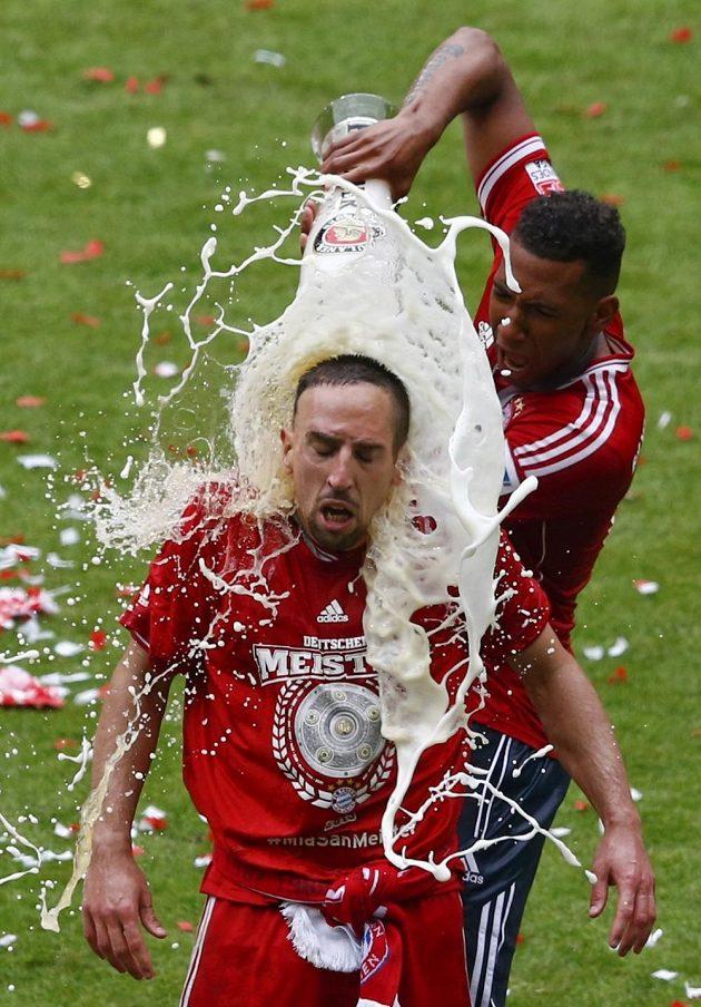 Francka Ribéryho polívá pivem spoluhráč z Bayernu Mnichov Jerome Boateng.