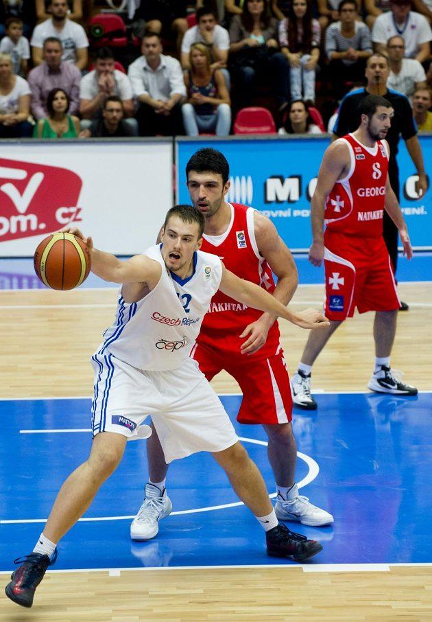 Ondřej Balvín (vlevo) a Zaza Pačulija z Gruzie v utkání kvalifikace ME v Nymburce.