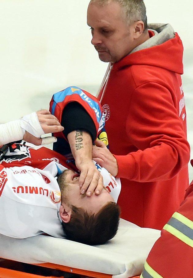 Zraněný Jan Starý z Pardubic odjel z ledové plochy na nosítkách.