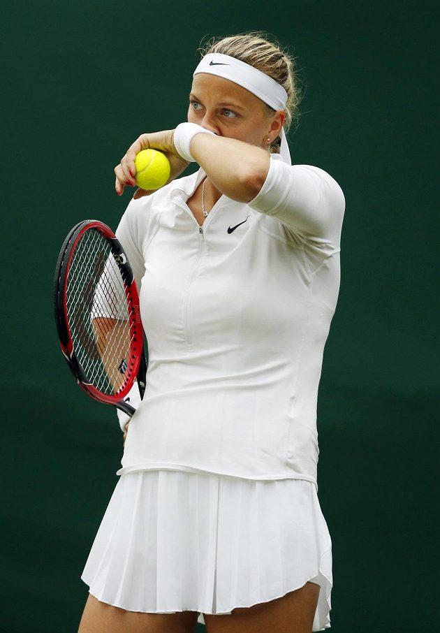 Petra Kvitová se chystá na podání v zápase se Soranou Cirsteaovou z Rumunska.