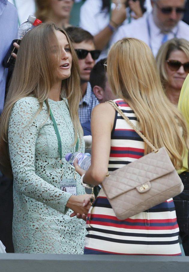 Nechyběly ani partnerky. Přítelkyně Andyho Murrayho Kim Searsová (vlevo) se zdraví s Jelenou Rističovou, přítelkyní Novaka Djokoviče.
