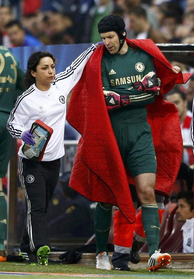 Lékařka Chelsea doprovází zraněného Petra Čecha z hrací plochy v úvodním semifinále Ligy mistrů proti Atlétiku Madrid.