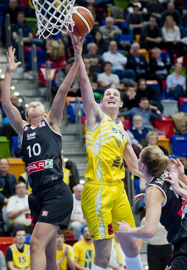 Basketbalistka Girony Adrijana Kneževičová (vlevo) a Ilona Burgrová z USK Praha v zápase Evropské ligy.