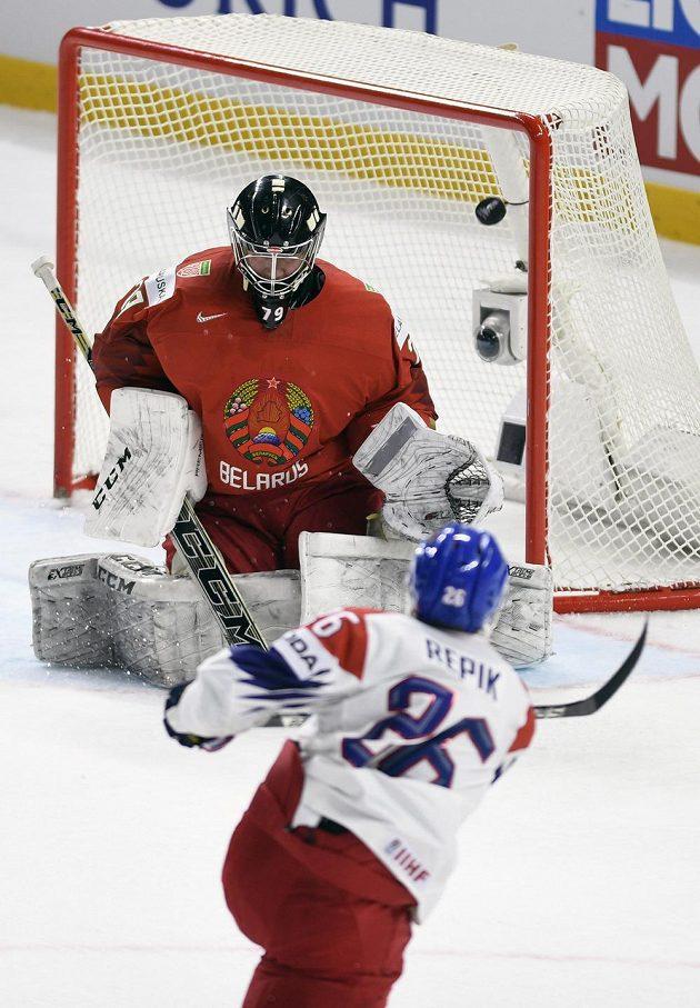 Michal Řepík dává třetí gól běloruskému brankáři Vitaliji Trusovi.