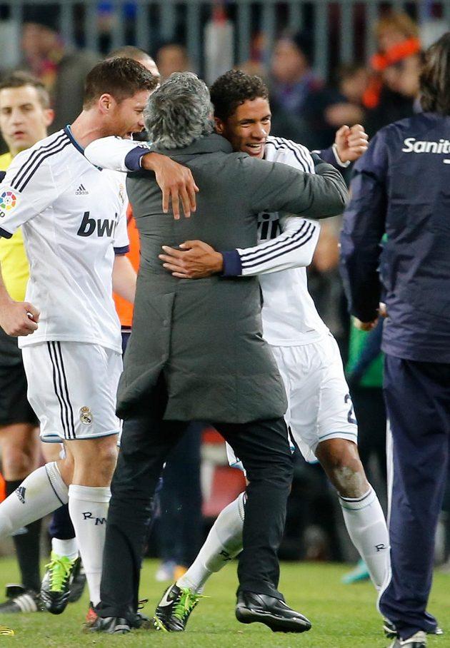 Fotbalista Realu Madrid Raphael Varane se po gólu proti Barceloně objímá s koučem Mourinhem.