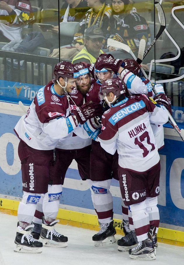 Hokejisté Sparty se radují z gólu proti Litvínovu v předehrávce 19. kola Tipsport extraligy.