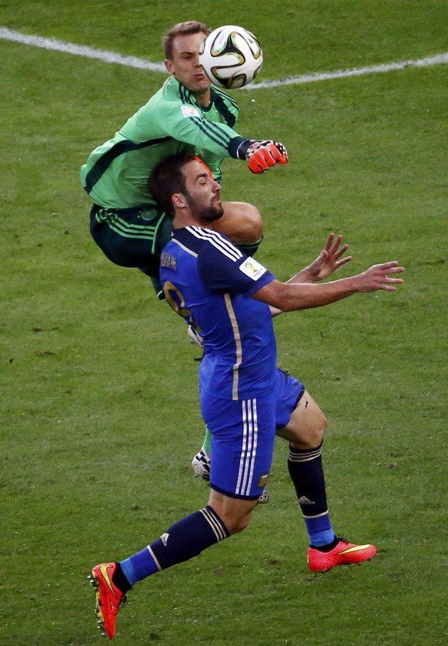 Německý brankář Manuel Neuer vyboxovává míč před argentinským útočníkem Higuaínem (v modrém dresu).