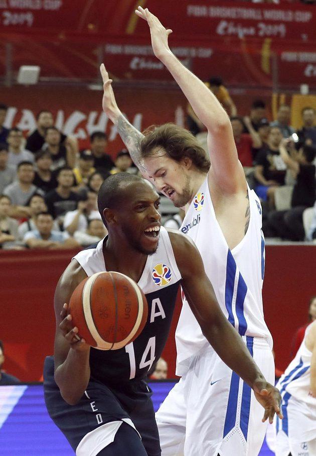 Khris Middleton z USA a Ondřej Balvín v akci během utkání MS.