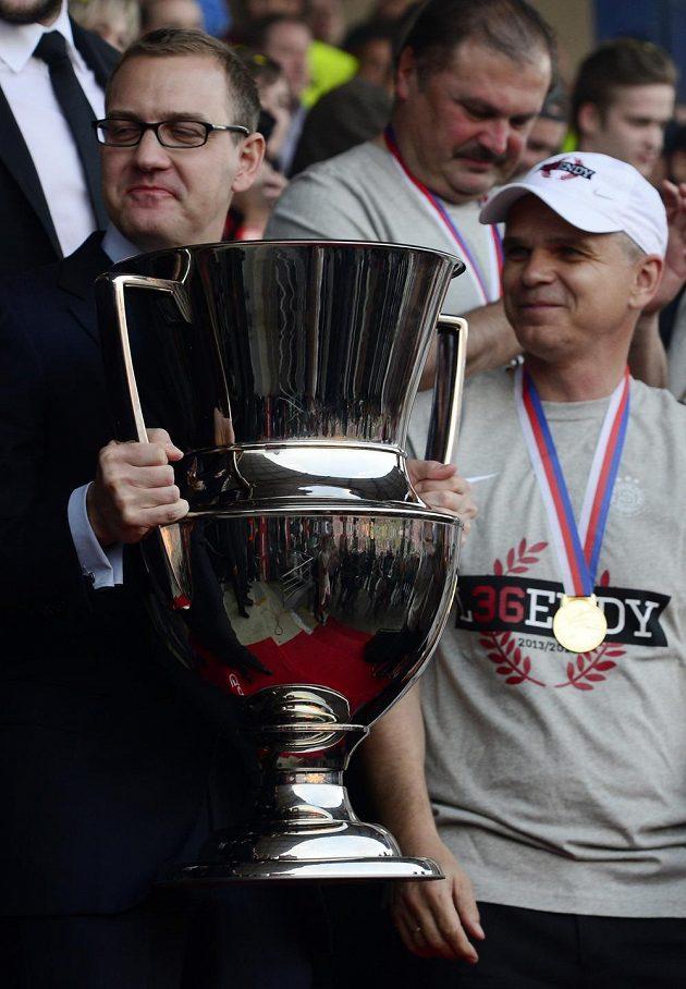 Majitel Sparty Daniel Křetínský (vlevo) a trenér Vítězslav Lavička s pohárem pro mistra ligy.
