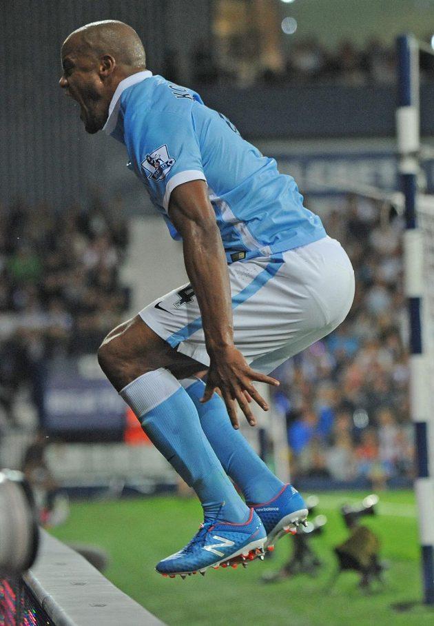 Radostný výskok Vincenta Kompanyho z Manchesteru City po vstřelené brance proti WBA v prvním kole Anglické ligy.