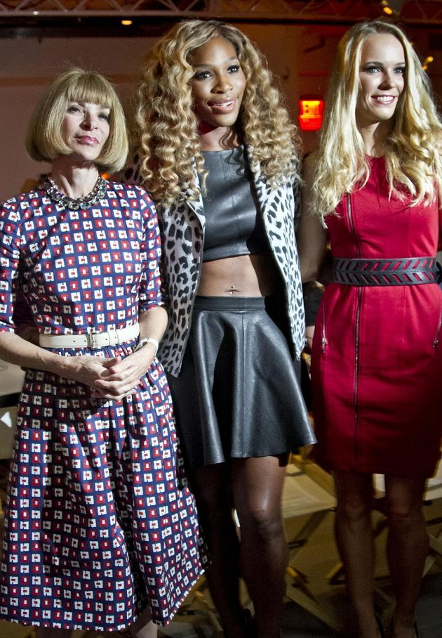 Serena Williamsová (uprostřed) na módní přehlídce spolu s editorkou časopisu Vogue Annou Wintourovou a dánskou tenistkou Caroline Wozniackou.