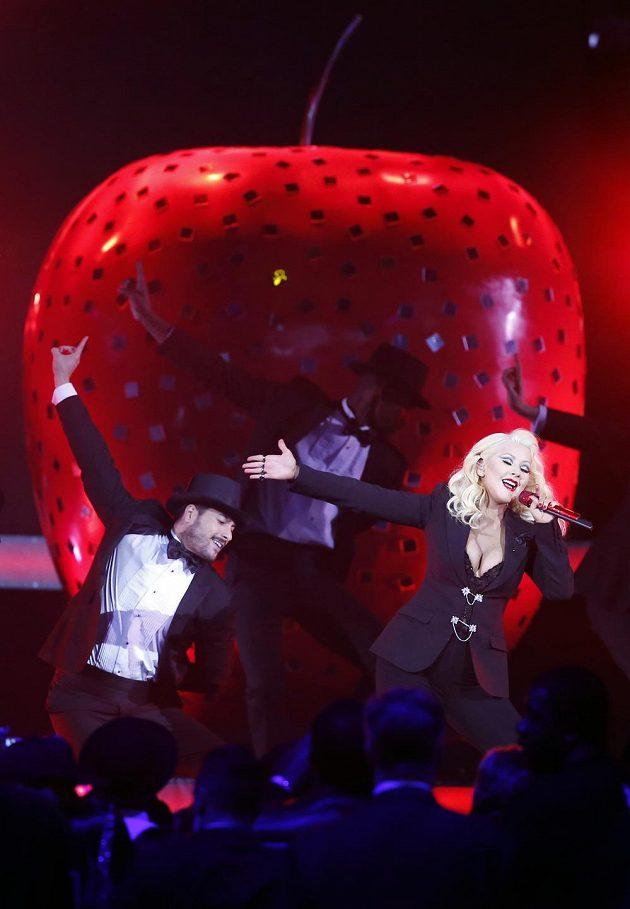 Christina Aguilera při vystoupení během utkání hvězd NBA.