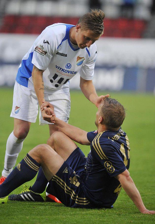 Ostravský obránce Ondřej Sukup si podává ruku s Adamem Varadim (dole) z Olomouce po utkání 27. kola Gambrinus ligy.