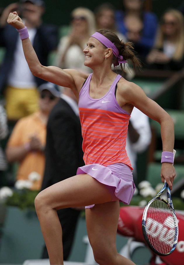 Lucie Šafářová se raduje z postupu do čtvrtfinále Roland Garros.