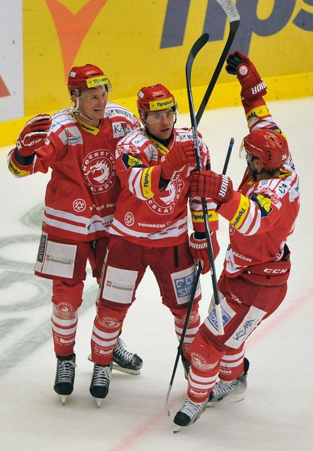 (Zleva) Martin Adamský, Jiří Polanský a Zbyněk Irgl (všichni z Třince) se radují ze čtvrté branky.