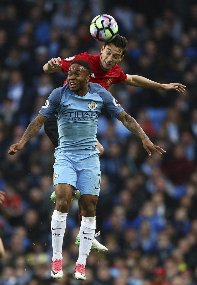 Vzdušný souboj Raheema Sterlinga (dole) z Manchesteru City a Mattea Darmiana z United.