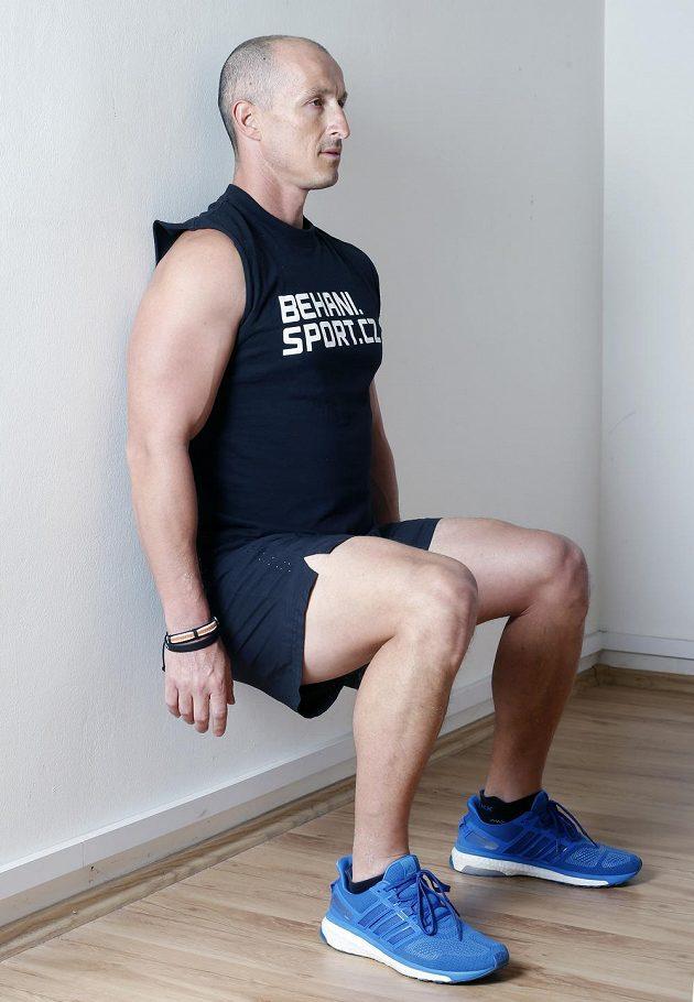 Dřep: Jen se opřete zády o zeď a nohy dejte do úhlu 90 stupňů.