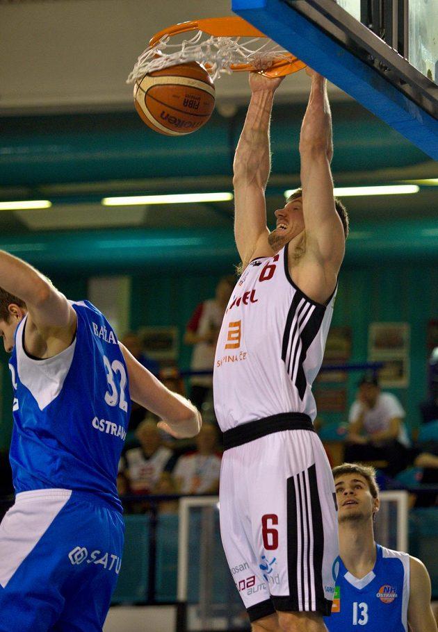 Basketbalista Pavel Pumprla z Nymburka během ligového utkání.