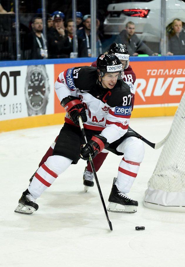 Kanadský útočník Sidney Crosby a Rodrigo Abols z Lotyšska během utkání hokejového mistrovství světa v Praze.