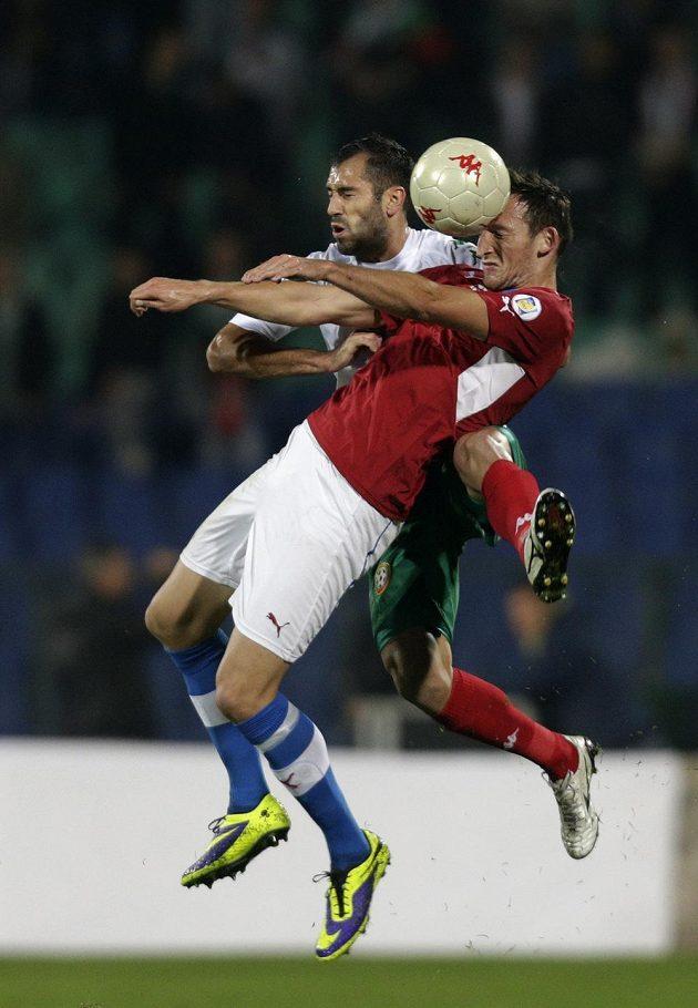 Útočník Libor Kozák hlavičkuje míč před Petarem Zanevem z Bulharska.