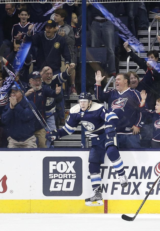 Útočník Columbusu Matt Calvert slaví svůj gól do sítě New Yorku Islanders.