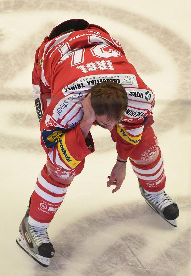 Třinecký útočník Zbyněk Irgl musel z ledu.