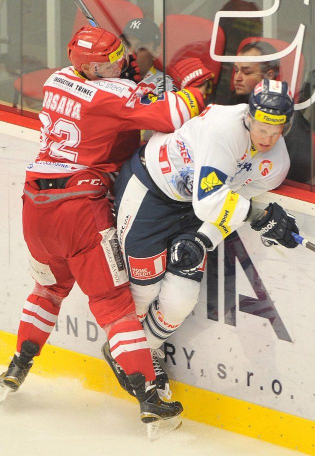 Třinecký útočník Jakub Orsava (vlevo) se snaží zastavit obránce Liberce Ondřeje Vitáska.