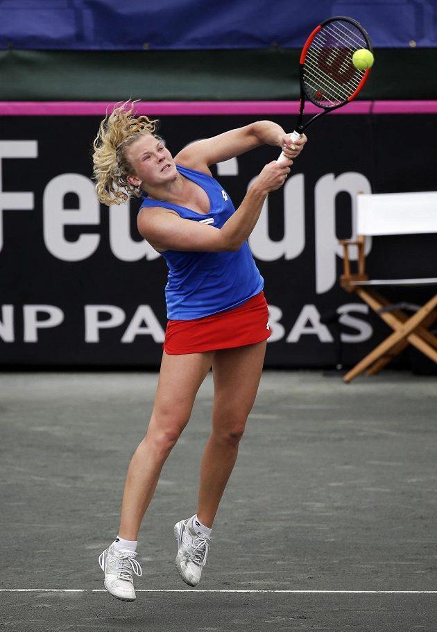 Kateřina Siniaková vrací míček při utkání s Coco Vandewegheovou.
