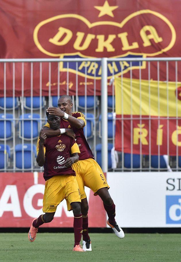 Fotbalisté Dukly Peter Olayinka (vlevo) a Jean-David Beauguel se radují z gólu.