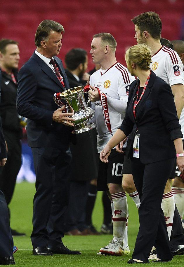 Kouč Louis van Gaal a kapitán Wayne Rooney s trofejí.