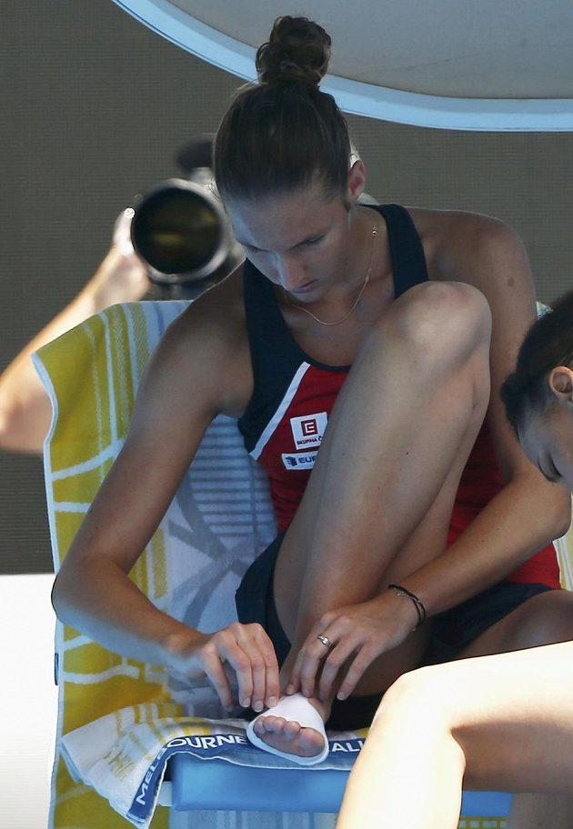 Karolína Plíšková při ošetřování během utkání s Chorvatkou Mirjanou Lučičovou-Baroniovou.