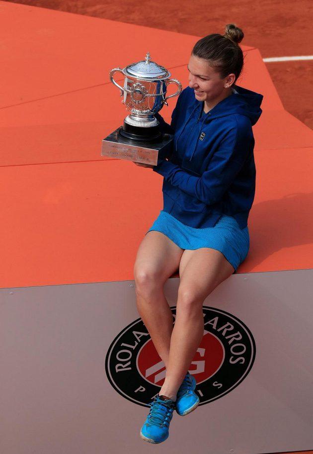 Simona Halepová pózuje s trofejí.