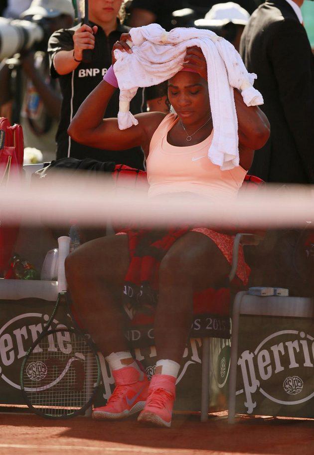 Američanka Serena Williamsová měla při semifinále French Open s Timeou Baczinszkou zdravotní problémy.