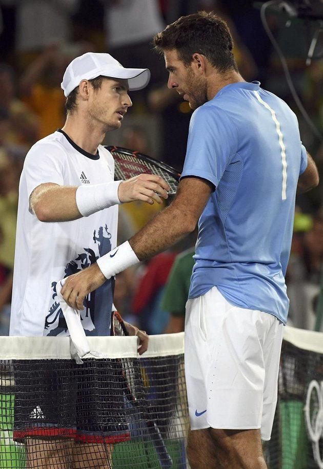 Poražený finalista Juan Martín Del Potro (vpravo) z Argentiny gratuluje Britovi Andymu Murraymu k druhému olympijskému triumfu ve dvouhře.