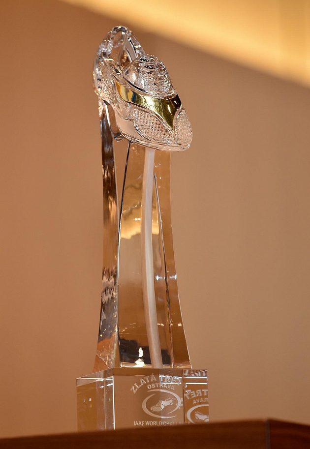 Skleněná trofej pro vítěze jednotlivých disciplín atletického mítinku Zlatá tretra 2015 v Ostravě.