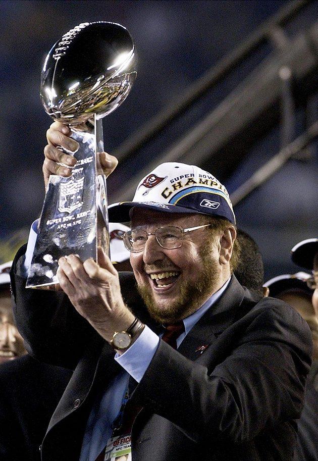 Malcolm Glazer poté, co jeho tým amerického fotbalu Tampa Bay Bucaneers získal Super Bowl v roce 2003.
