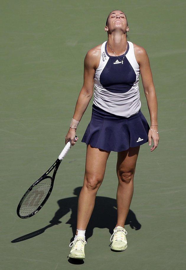 Zklamaná Flavia Pennettaová po prohrané výměně s Petrou Kvitovou ve čtvrtfinále US Open.
