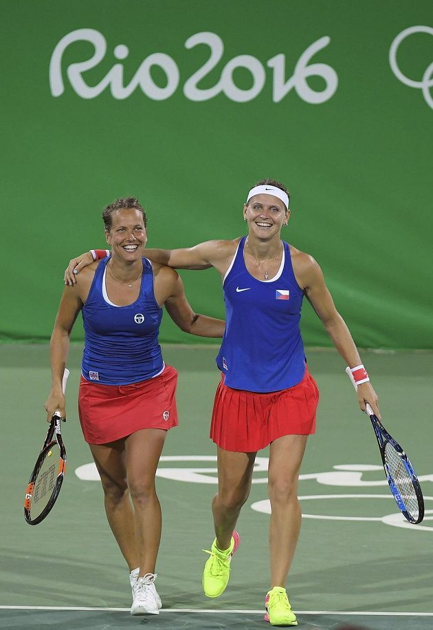 Barbora Strýcová (vlevo) se s Lucií Šafářovou postaraly v olympijské čtyřhře o prvotřídní senzaci.