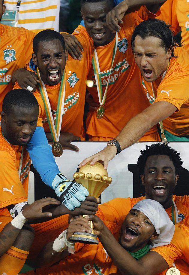 Pohár je náš! Bony Wilfried jásá vpravo vedle trofeje.