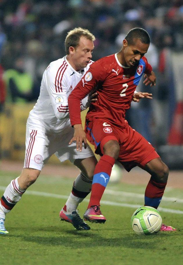 Theodor Gebre Selassie si kryje míč před Michaelem Kronh-Dehlim z Dánska.