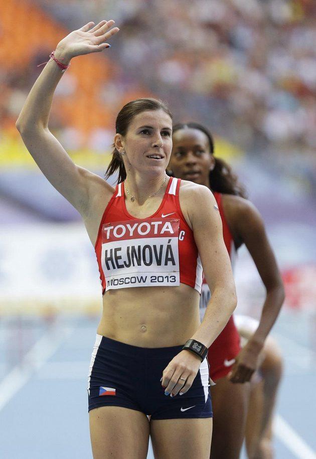Zuzana Hejnová zdraví diváky na stadiónu v Lužnikách poté, co ovládla semifinále závodu na 400 metrů překážek.