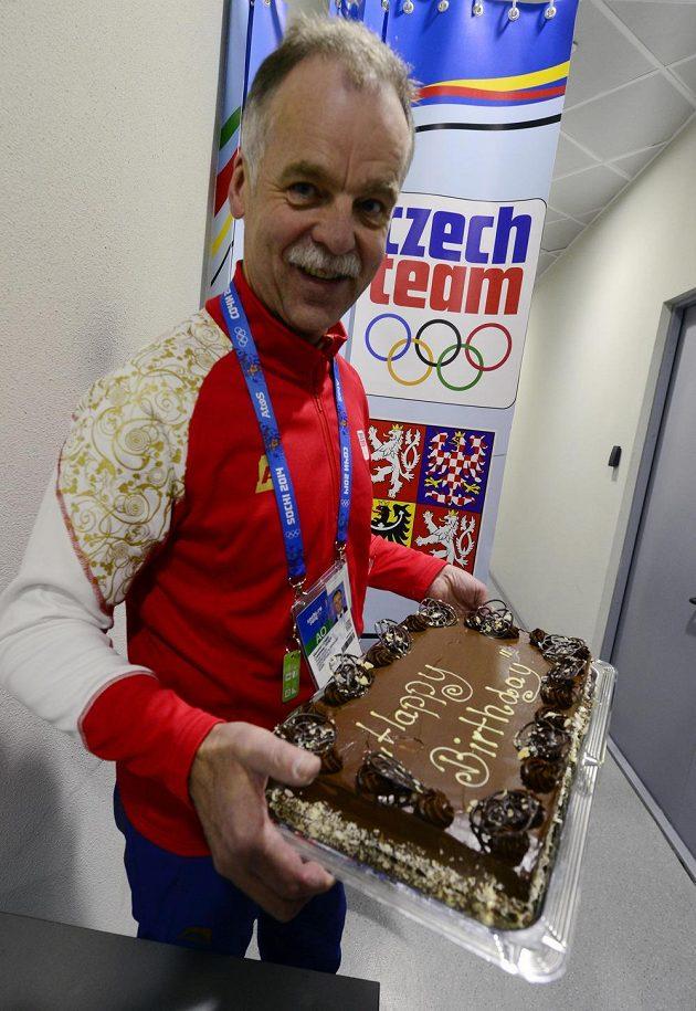 Generální manažer hokejového týmu Slavomír Lener s dortem, který od spoluhráčů dostal Jaromír Jágr. Svíčky však na něm zřejmě vzhledem k protipožárním opatřením v Bolšoj aréně chyběly.