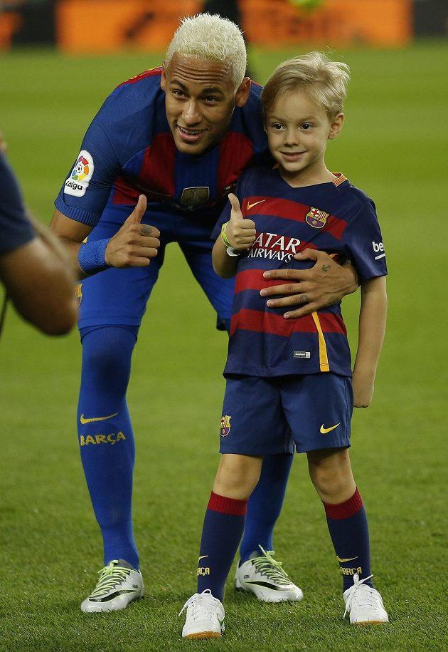Neymar z Barcelony a syn Davi Lucca zapózovali před utkáním s Alavésem. Po boji důvody k úsměvům neměli.