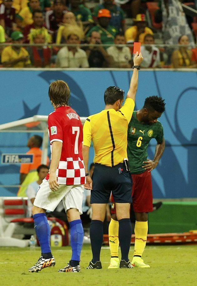 Portugalský sudí Pedro Proenca dává červenou kartu Kamerunci Alexandre Songovi (vpravo), přihlíží Chorvat Ivan Rakitič.