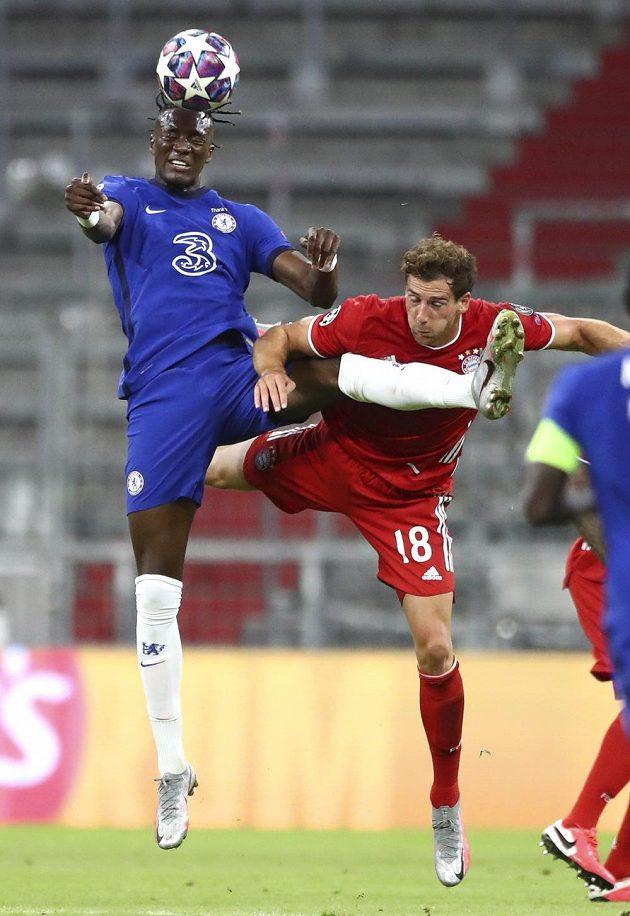 Tammy Abraham (vlevo) z Chelsea a Leon Goretzka z Bayernu.