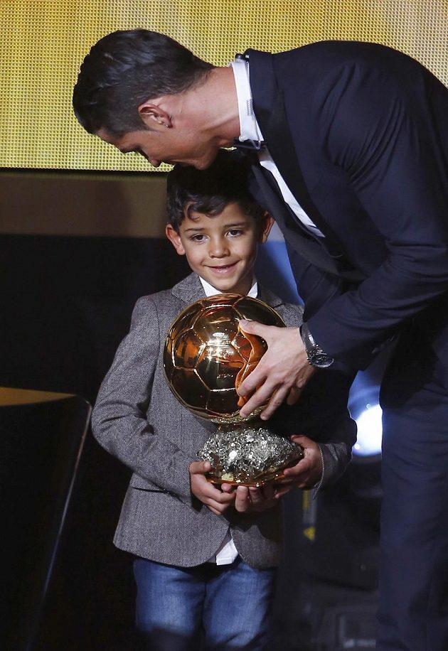 Za Cristianem Ronaldem na pódium při vyhlášení Zlatého míče 2014 přišel i syn.