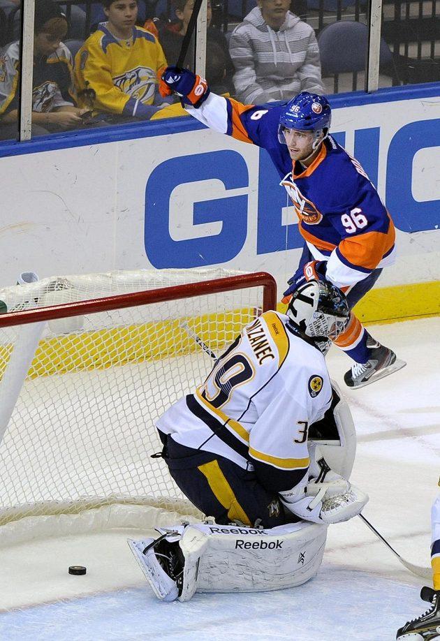 Pierre-Marc Bouchard z NY Islanders oslavuje kuriózní gól, který vstřelil českému brankáři Nashvillu Marku Mazancovi.