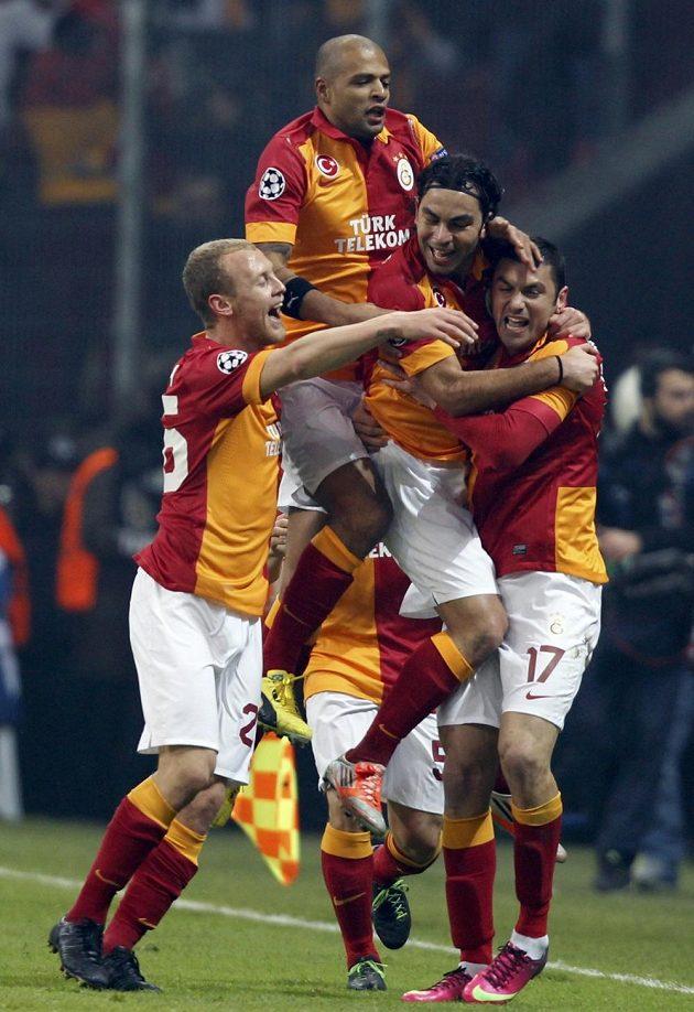 Fotbalisté Galatasaraye Istanbul se radují z branky.
