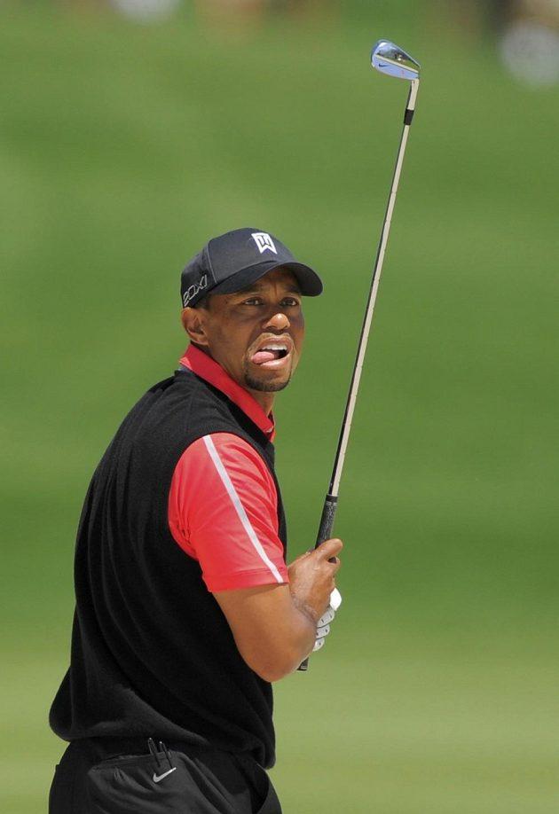 Golfista Tiger Woods sleduje míčku po odpalu.